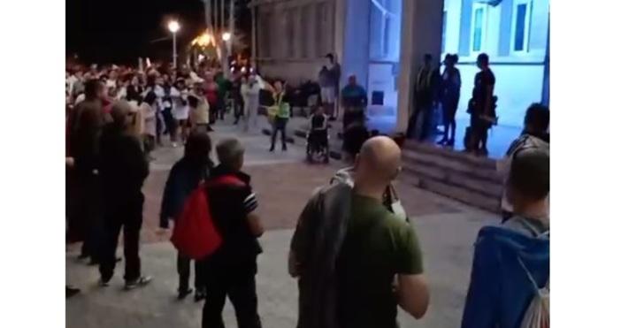 Варненските протестиращи скандират