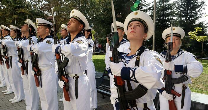 Източник и снимки: БулфотоС тържествено издигане на националното знаме във