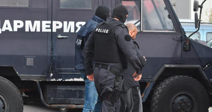 снимки БулфотоИзведоха арестуван при полицейската акция в столичния квартал