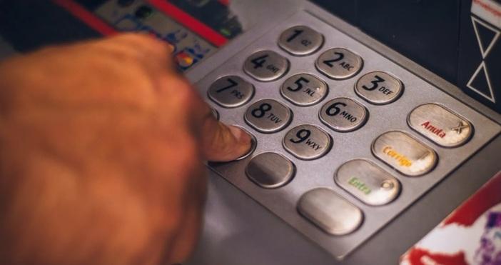 Снимка: PexelsМъж сложи записващо устройство на банкомат, с цел да
