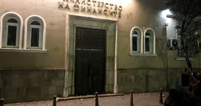 Кадър: Фейсбук/Отровното триоПротестиращи хвърляха яйца по сградата на Министерството на