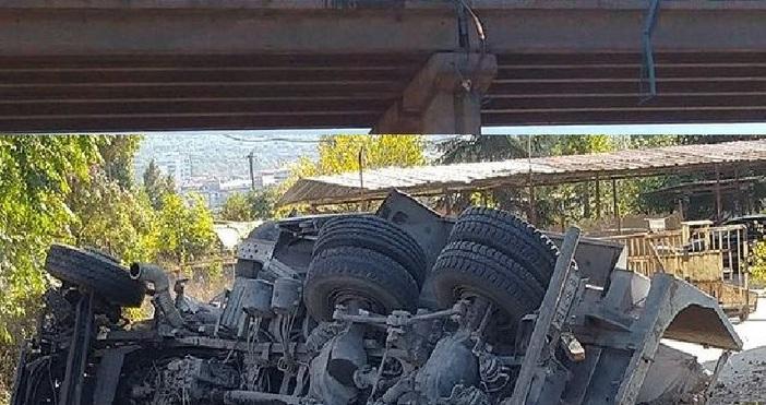 снимки: Мартин Миповански/Товарен автомобил паднапрез мантинелата на Аспарухов мост във