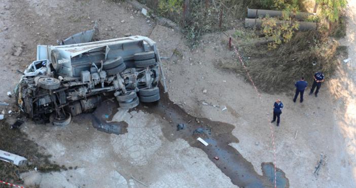 Снимки БулфотоНови кадри на падналия по-рано днес камион от Аспарухов