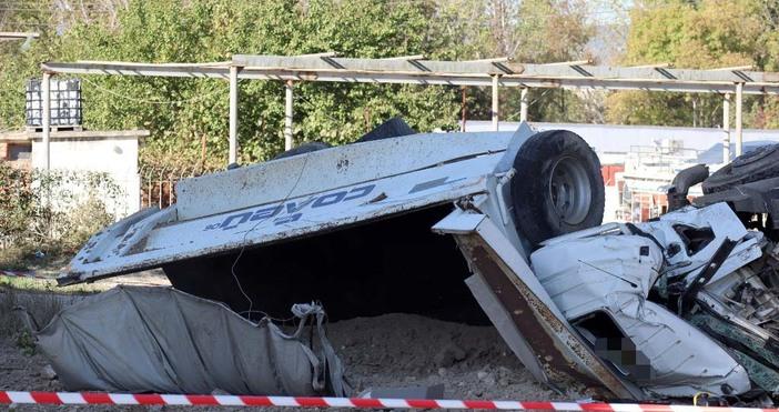 Редактор:e-mail:снимки: БулфотоКабината на камиона, паднал от Аспарухов мост във Варна,