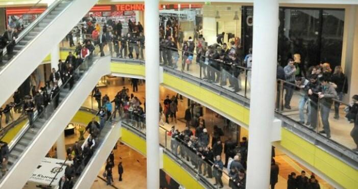Снимка: Булфото, архивМного хора днес нахлуха в магазините и започнаха
