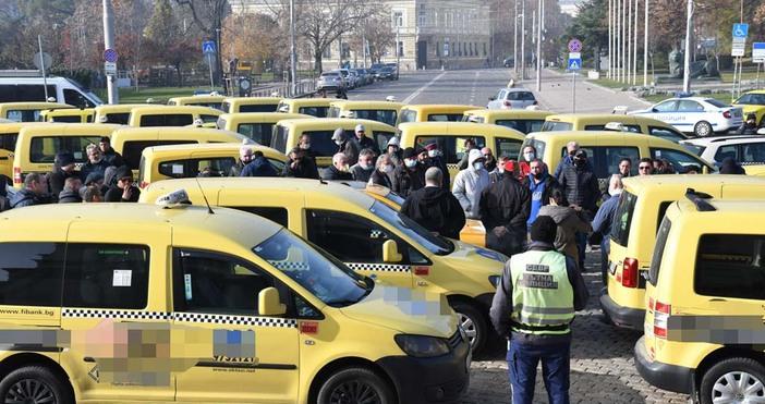 снимки БулфотоТаксиметровите шофьори повториха днес протеста си от вчера, защото