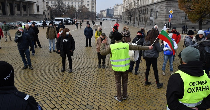 Протест и контрапротест се провеждат на метри един от друг
