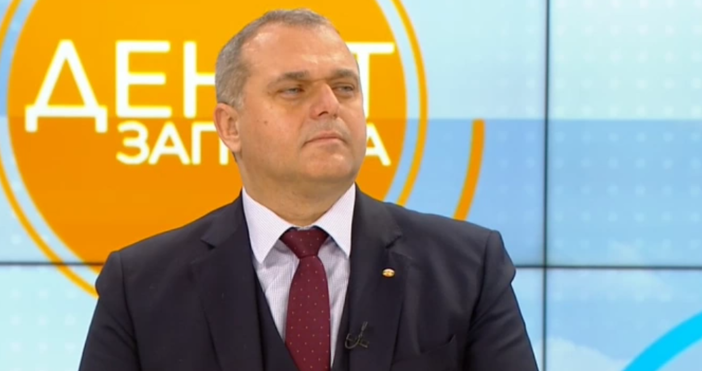 Кадър: БНТИскрен Веселинов коментира в ефира отношенията между България и