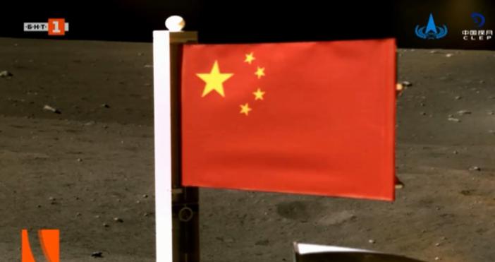 кадър: БНТИсторическо събитие. В центъра на него стои Китай:Националният флаг