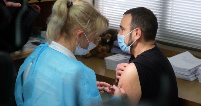 Снимка: БулфотоВъв Варна започна ваксинирането срещу Ковид-19. Лекар от болницата