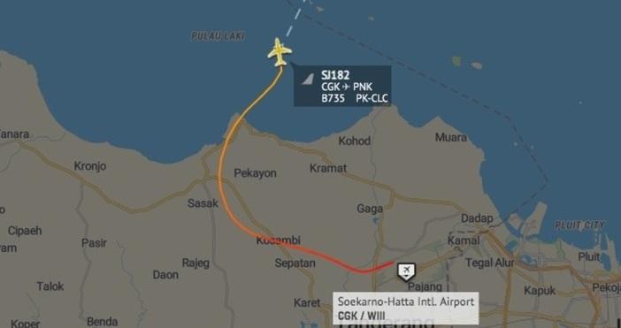 кадърAIRLIVE мрежаЗа по-малко от минута самолетът е загубил над 3000