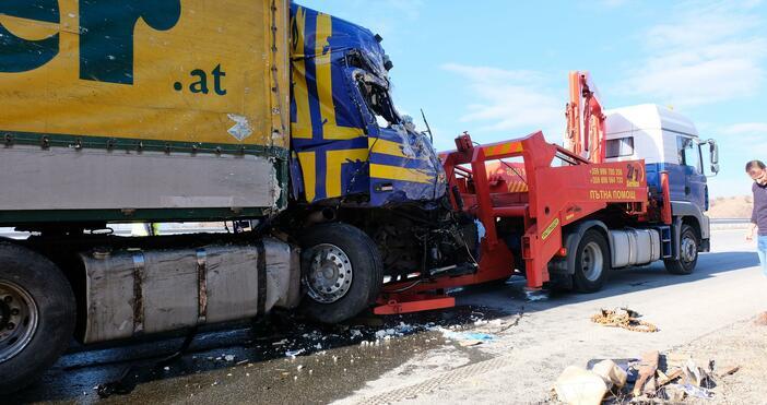 Снимка: БулфотоДва камиона катастрофираха на АМ
