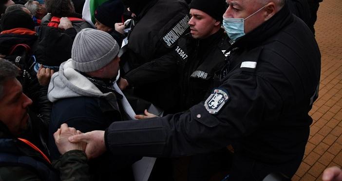 снимка БулфотоПротестиращи пред Министерски съвет гражданиопитаха да пробият полицейския кордон,
