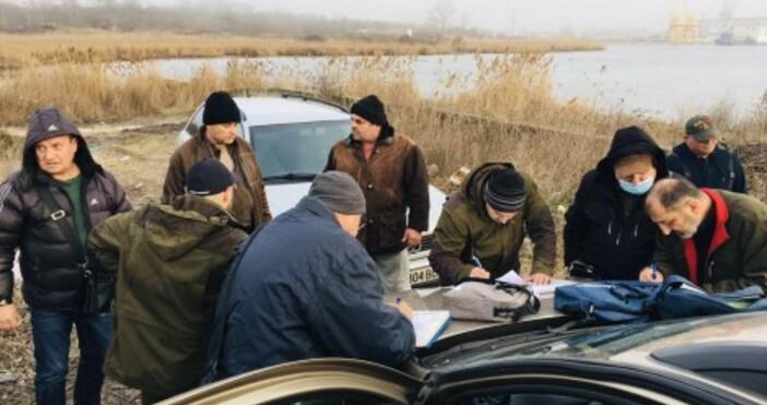 снимка ИАРАСлужители на ИАРА-Варна при проверка по брега наВарненско езеро