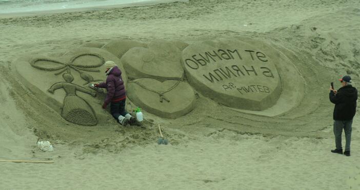 Снимки БулфотоИнтересна украса на връх Баба Марта на плажа в