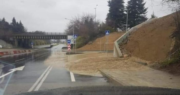 """Свлече се новата част на бул. """"Атанас Москов"""" във Варна."""