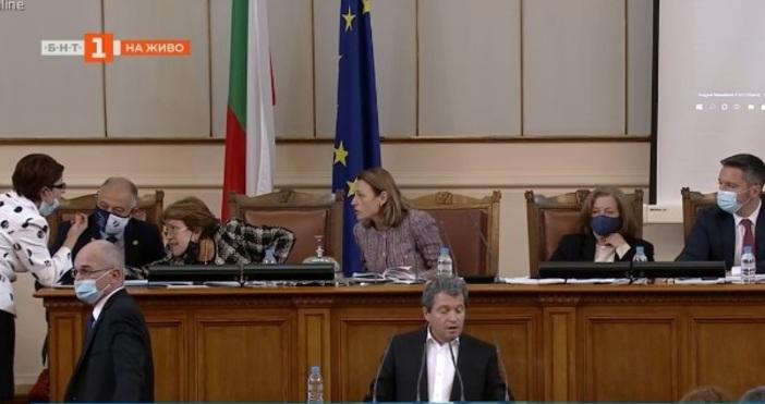 Редактор:кадър: БНТСтрахиливецът Борисов не дойде в парламента за пореден път.