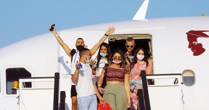Първите туристи кацнаха на аерогара Бургас, сто четиридесет и пет