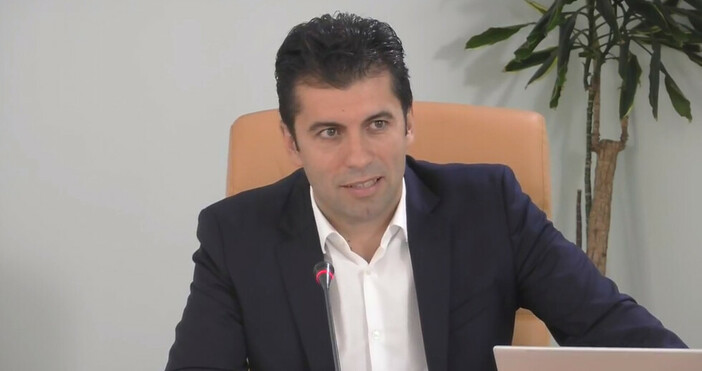 Снимка и видео Фейсбук/Министерство на икономикатаМинистърът на икономиката развъртя метлата