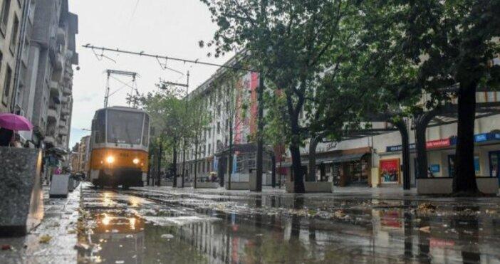 снимка БулфотоПроливен дъжд и градушка удариха София този следобед, предаде.Наводнени
