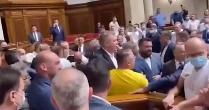 Кадър Риа НовостиДепутатите от украинския парламент се сбиха.Кавгата започна след