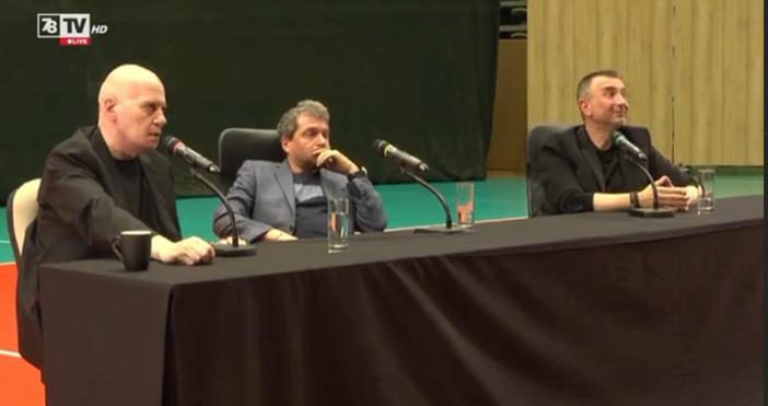 кадри и видео: Слави Трифонов, фейсбукЕдин от въпростите на студентите