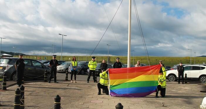 КадърRoyal NavyЛГБТ знамена с дъга бяха издигнати за поредна година