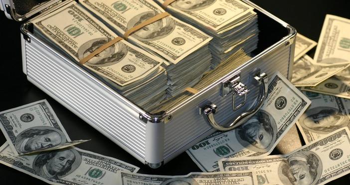 Снимка PexelsГолямо раздаване на пари за подпомагане в кризата. Международният
