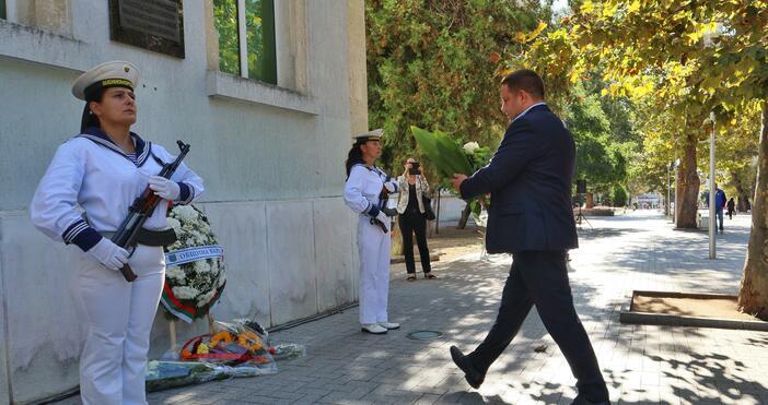 Снимки: БулфотоПолитици, общественици и граждани положиха венци и цветя на