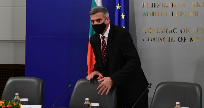 Снимка: БулфотоСлужебният премиер Стефан Янев и министрите му направиха днес