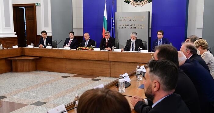 Снимка: БулфотоМинистър-председателят Стефан Янев и членовете на Министерския съвет представят