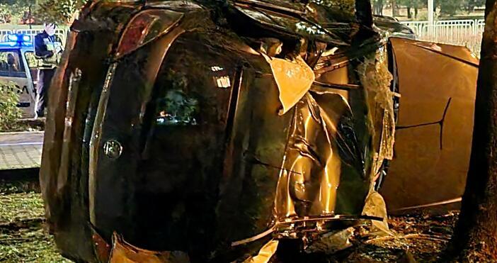 Снимки: БулфотоЛек автомобил прелетя през тротоара и се заби в