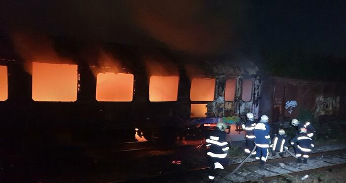 снимки: БулфотоПътнически жп вагон изгоря напълно на коловоза, който е