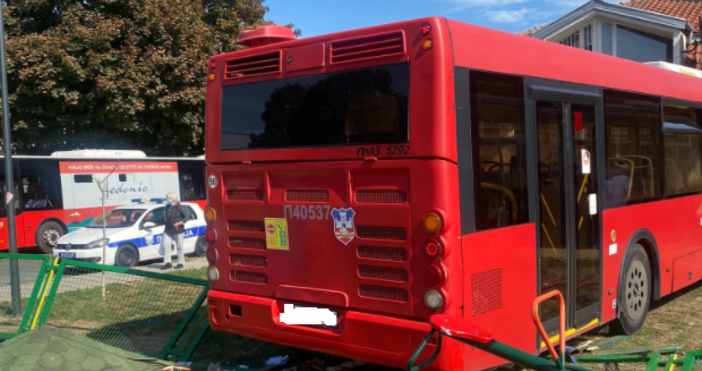 Снимка Туитър,Неприятен инцидентв столицата на балканска държава.Автобус на градския транспорт