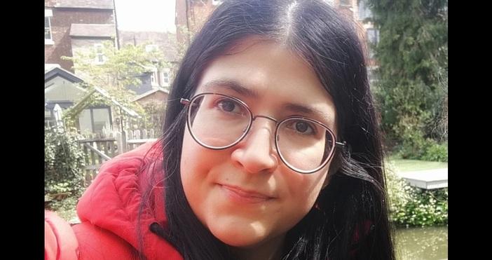 Тя e журналист. От няколко години живее в Лондон. Тя