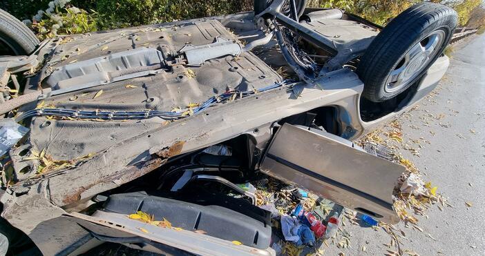 снимки БулфотоОбърната при катастрофа Тойота вече четвърти ден седи на