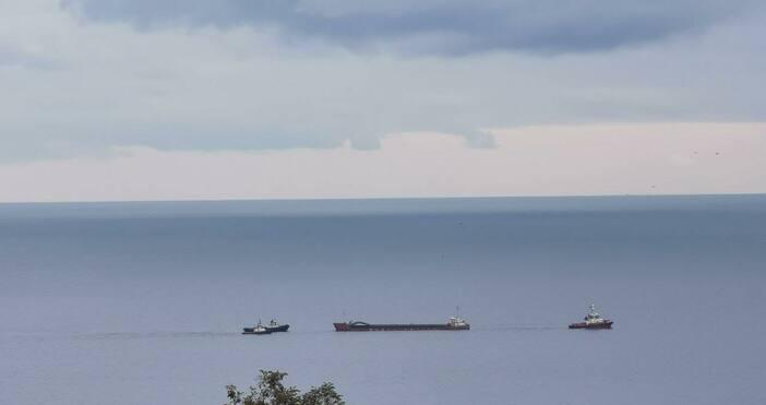 Корабът успешно бе изтеглен от скалите на Камен бряг.Влекачите вече